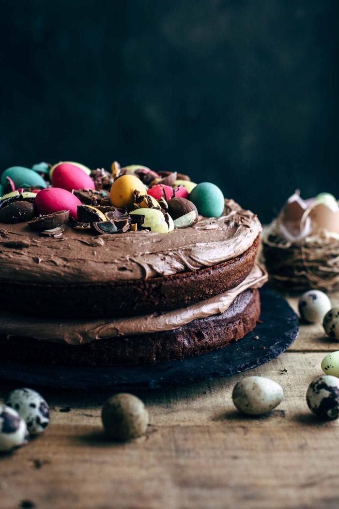 recette de naked cake au chocolat spécial pâques composé de deux génoises au cacao nappés de crème pâtissière en chocolat, gateau de paques au chocolat facile