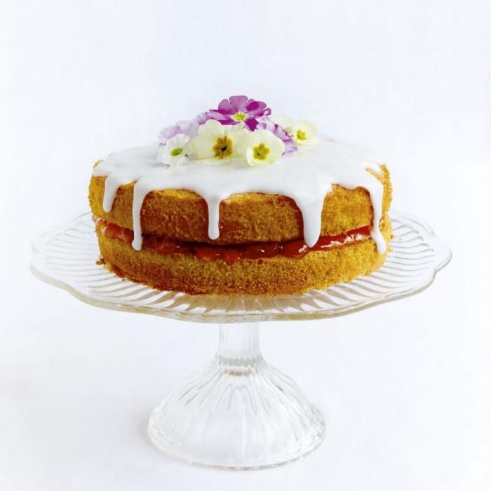 idée de dessert de paques facile, recette de gâteau éponge garni de confiture à la fraise au glaçage coulant blanc