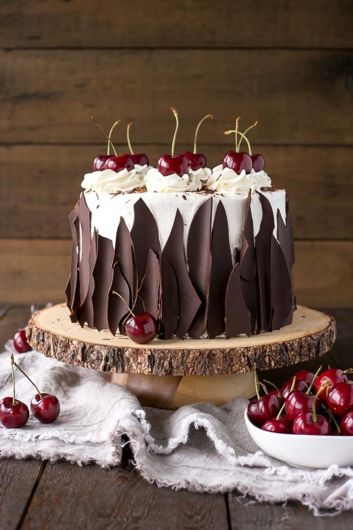 décor d'écorces en chocolat pour un gâteau forêt noire classique, decoration gateau chocolat et cerises
