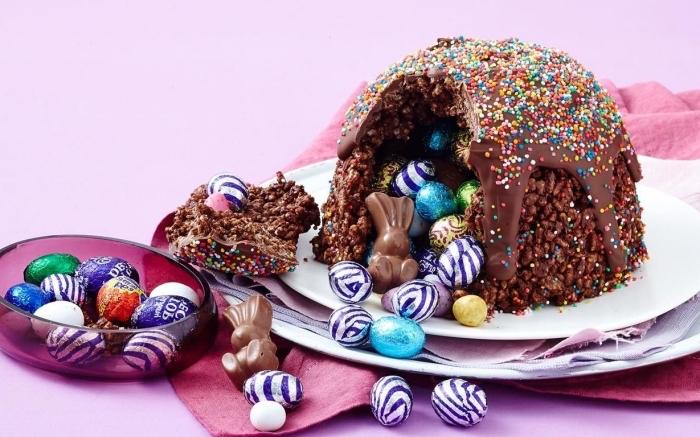 mini gâteau de riz soufflé au chocolat au glaçage coulant de chocolat fondu et de vermicelles en sucre qui cache des œufs en chocolat à l'intérieur