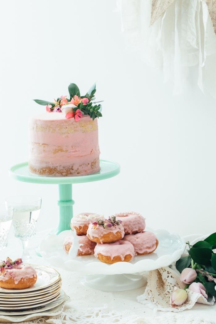 naked cake avec une jolie décoration naturelle de fleurs sur un présentoir à gâteau couleur vert d'eau, gateau d'anniversaire facile de style champêtre