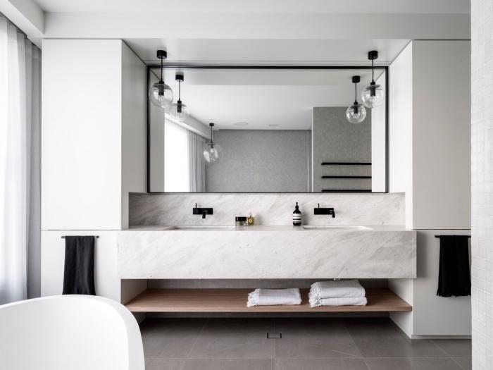 image salle de bain, décorer une salle de bain aux murs blancs avec crédence marbre et accessoires en noir mate