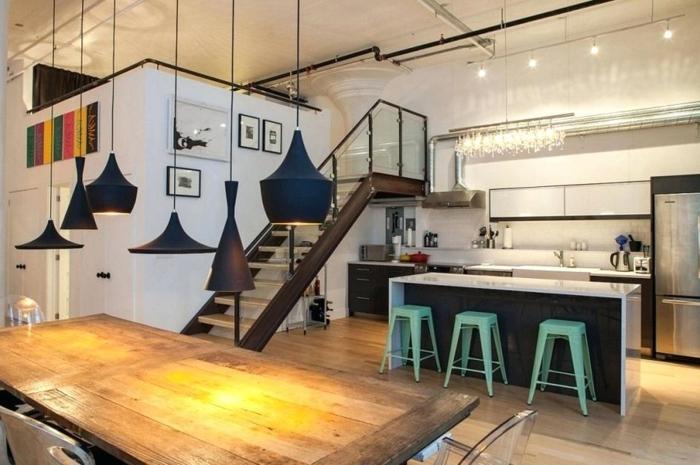 tabourets verts, îlot de cuisine escalier bois et métal, suspensions dixon, sol effet bois