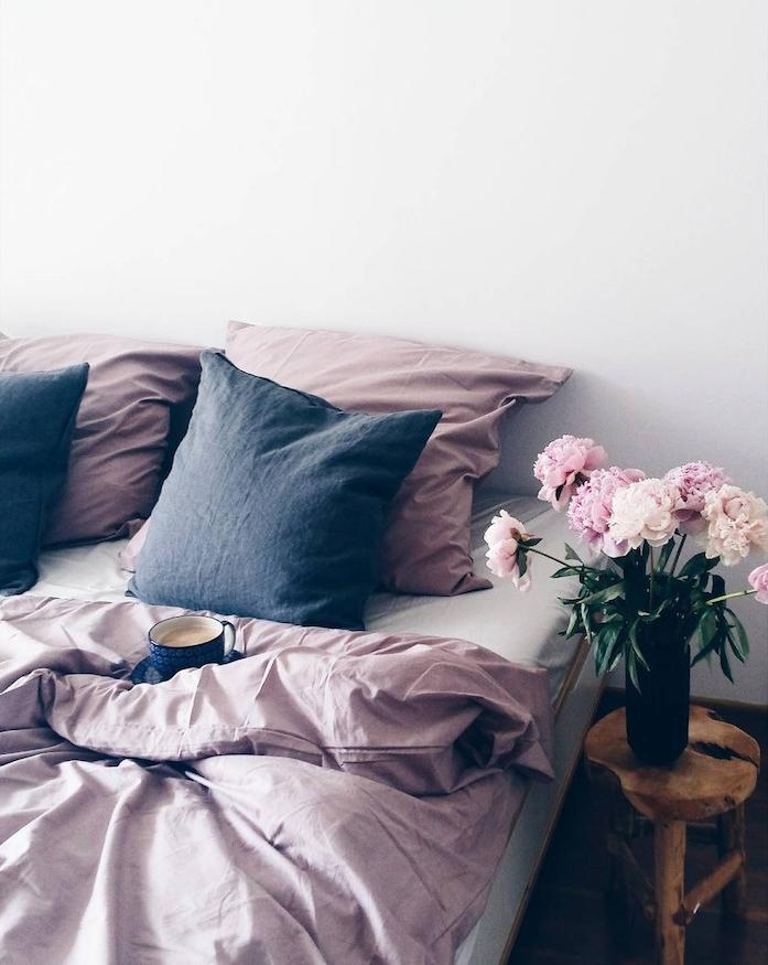 Décoration chambre à coucher gris et rose, deco chambre ado moderne, design d interieur scandinave, boire son café au lit, bouquet de pivoines roses et blanches
