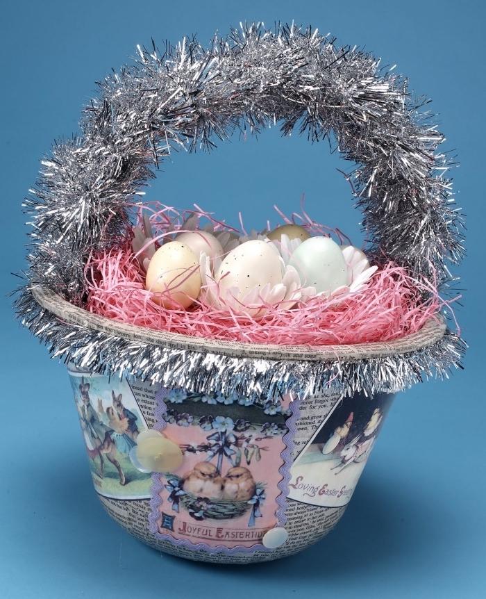 comment personnaliser un vieux panier, décorer un panier pour oeufs avec guirlande et cartes pâques, diy nid oeufs