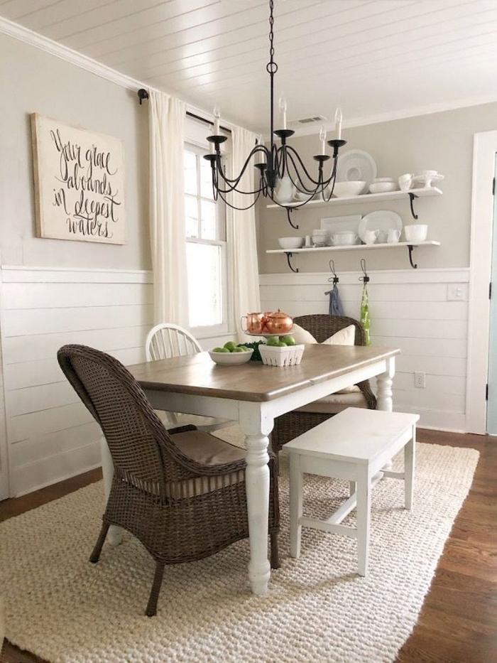 une salle à manger de style campagne avec un soubassement en lambris blanc composé de lattes verticales