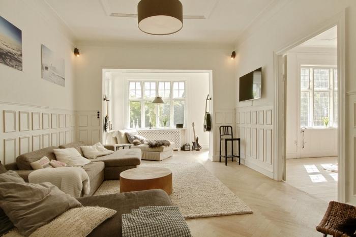 des panneaux décoratifs à caissons pour habiller un mur dans un salon chaleureux et lui apporter du relief
