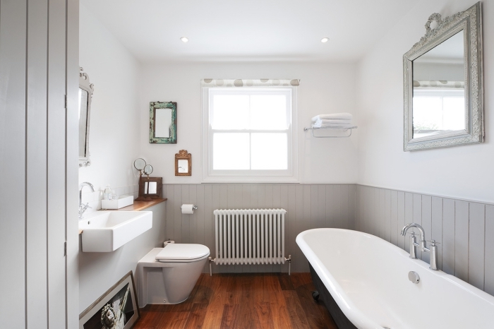 habiller un mur en bois, une salle de bains de style rustique avec du lambris peint gris posé en soubassement