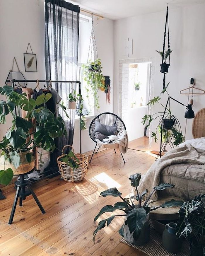 Beaucoup de plantes pour une déco proche de la nature, chambre blanche et bois détails noirs, deco chambre moderne simple décoration style bohème