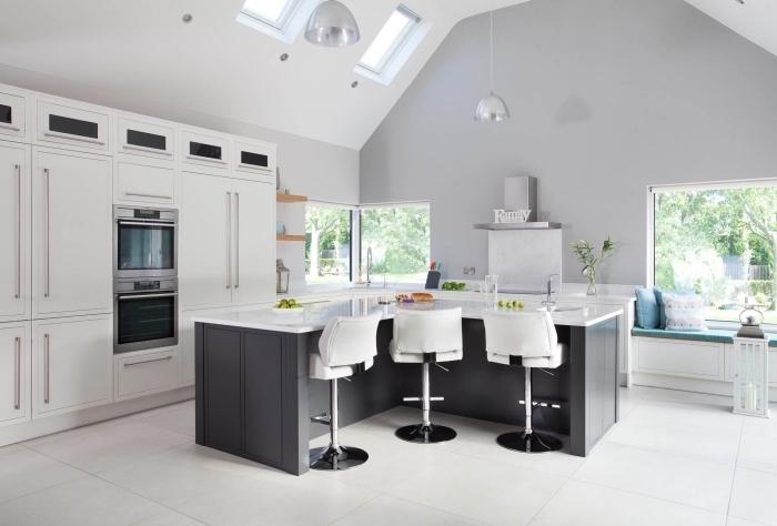 déco de cuisine avec coin de repos sous fenêtre, modèle de cuisine avec îlot bar, idée quelle couleur pour les murs d'une cuisine