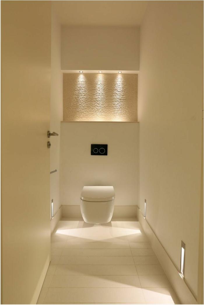 idee deco toilette couleur crème, wc blanc, spots encastrés au-dessus d'une niche murale