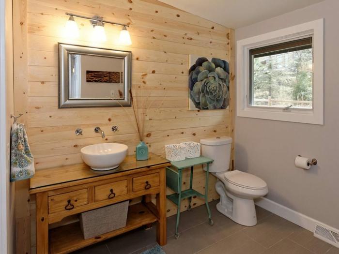 idee deco toilettes, lambris mural en bois, meuble en bois récup, wc blanc, miroir mural cadre gris, peinture murale gris clair