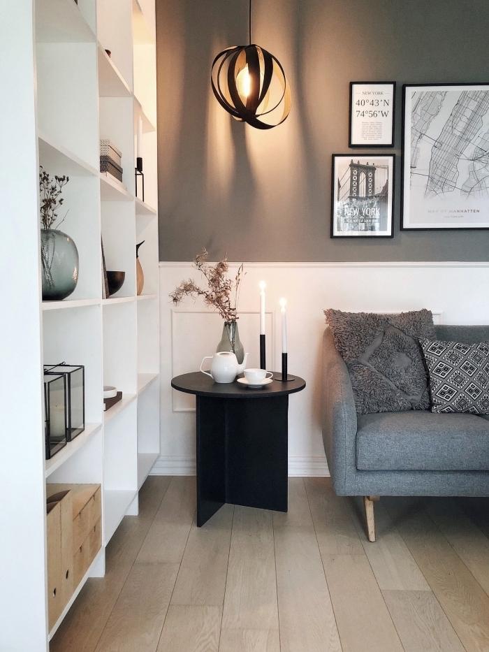 salon chaleureux avec mur bicolore associant un soubassement en boiserie blanc et une peinture couleur taupe