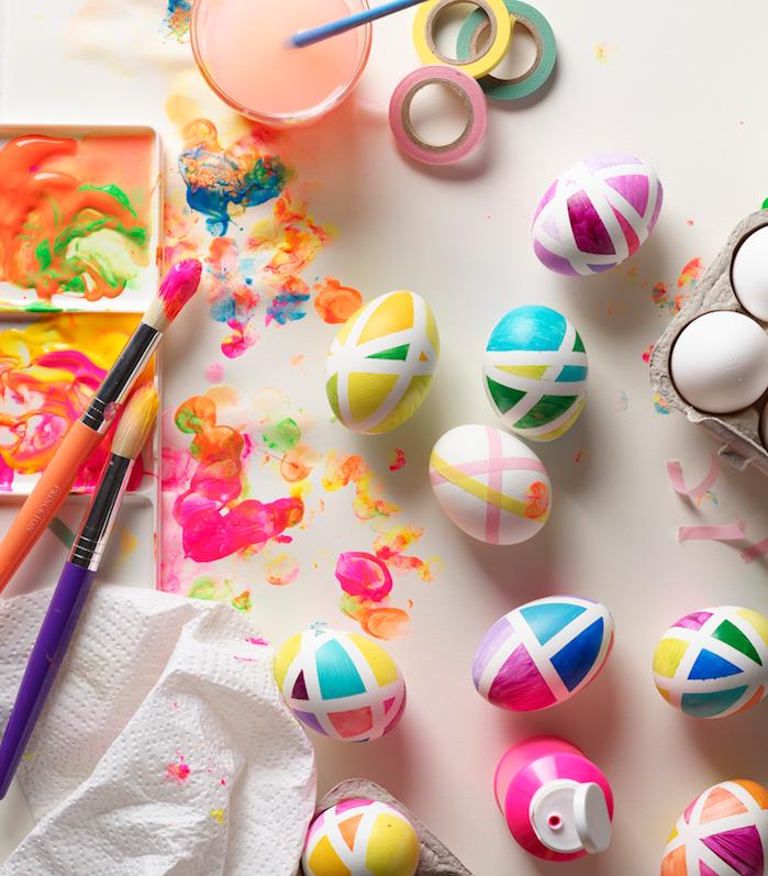 comment decorer des oeufs de paques en couleurs variées avec technique utilisant washi tape pour créer motifs geometriques