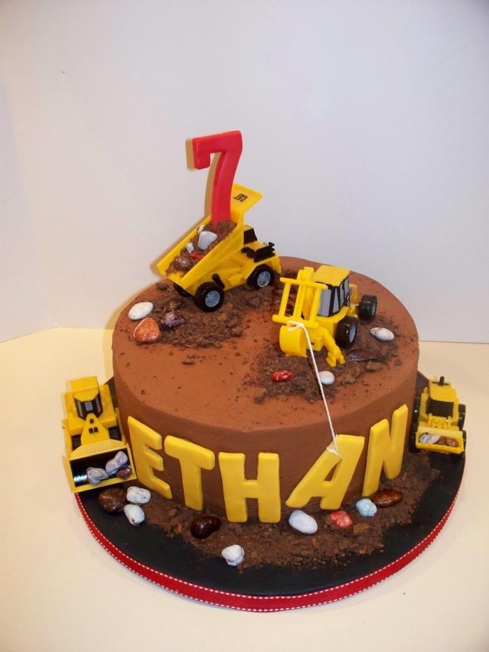 gateau anniversaire garçon sur le thème chantier de construction décoré de jouets engins de chantier