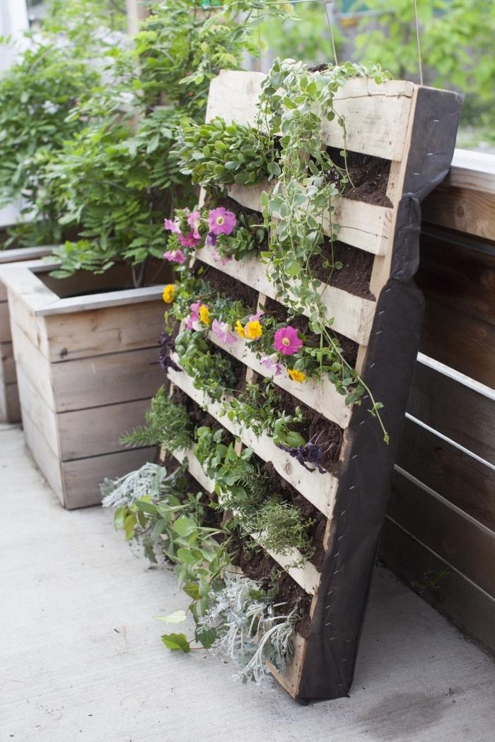 aménagement d'un petit jardin vertical dans une palette, idée de recyclage d'une palette jardinière verticale