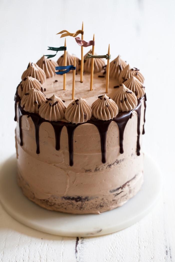 gateau d'anniversaire facile aux trois chocolats avec glaçage coulant ornés de pics décoratifs et de roses