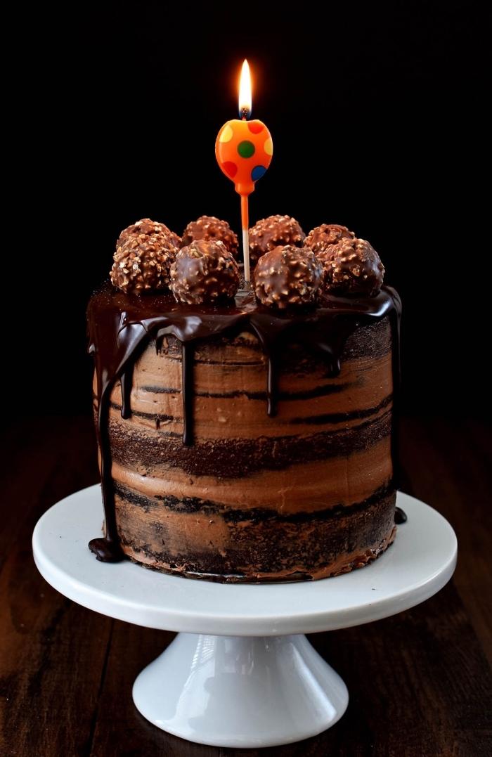 gâteau d'anniversaire au glaçage coulant au chocolat décoré avec boules au chocolat et noisettes, idée de decoration gateau chocolat facile à réaliser soi même
