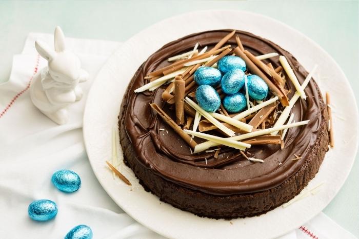 gateau de paques au chocolat facile sur base de génoises moelleuse au cacao nappé de crème beurre en chocolat et décoré de copeaux de chocolat au lait façon nid d'oiseau