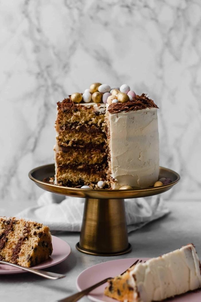 dessert de paques gourmand pour faire plaisir aux convives, gâteau à étages au chocolat et au beurre noisettes recouvert de glaçage de crème beurre