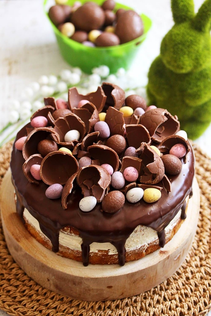 gateau de paques facile et rapide aux noisettes et au chocolat garni d'œufs en chocolat, fourré de crème beurre au chocolat blanc