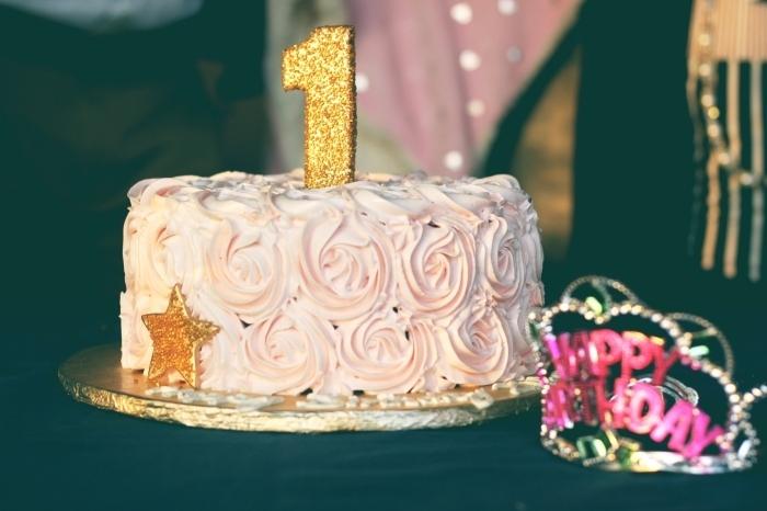 gateau anniversaire fille au glaçage en roses réalisées à la poche à douille, idée de gâteau de premier anniversaire