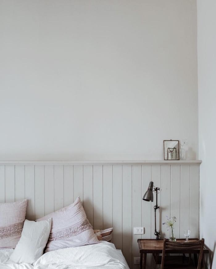 chambre à coucher de style vintage avec une tête de lit en lambris blanc avec espace rangement, peindre du lambris dans la même couleur que le mur pour un effet harmonieux dans la déco