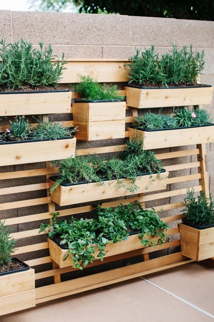 jardinière en bois avec plusieurs bacs à plantes, idéal pour créer un jardin vertical gain de place sur son balcon ou terrasse