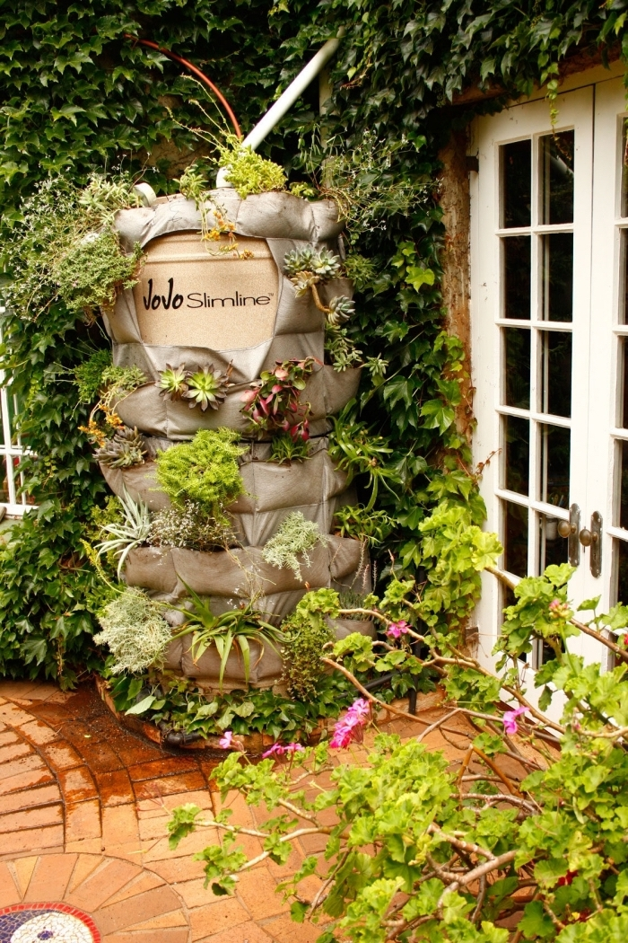jardiniere haut en poches pour cacher un réservoir d'eau, cultiver des fleurs et des légumes à la verticale
