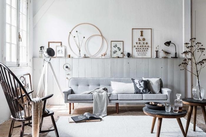 réaliser un soubassement bois avec espace rangement dessus pour exposer sa petite déco, salon vintage scandinave en blanc et gris avec soubassement en lambris gris clair fait-maison