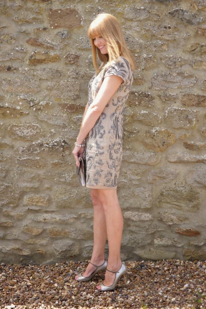 une robe droite chic de couleur nude avec ornements de pierreries métalliques, idée de tenue pour une cérémonie de mariage