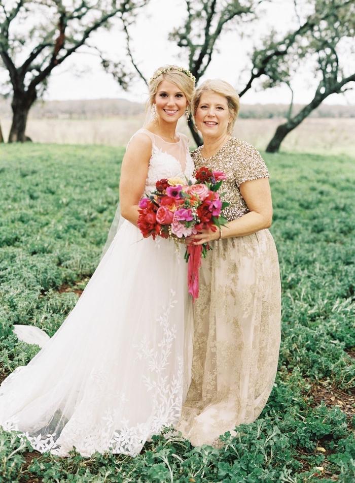 élégante robe de cérémonie pour femme de 50 ans, la mère de la mariée portant une robe longue couleur champagne à jupe doublée de tulle avec un haut en sequins