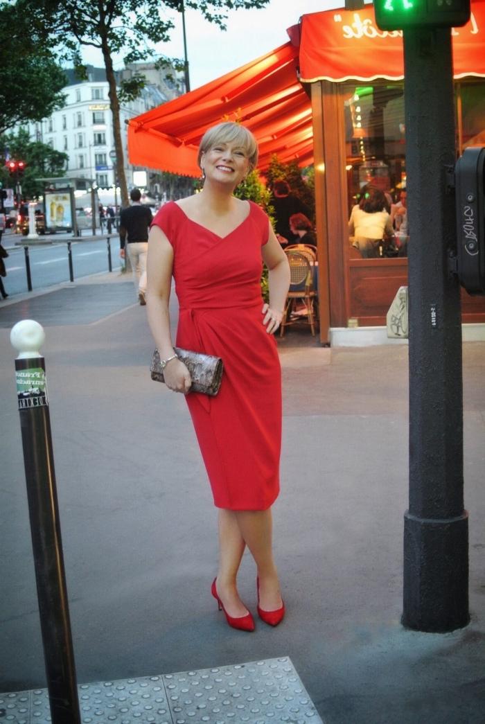 robe temoin de mariage couleur rouge à coupe portefeuille, tenue de mariage chic pour femme de 50 ans