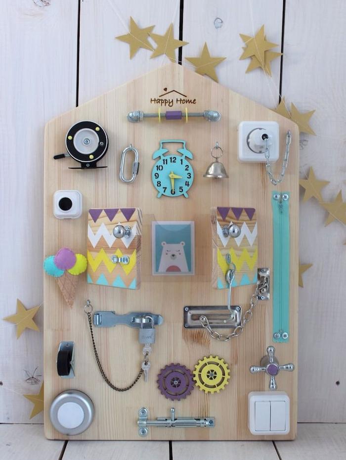 tableau d'activité pour la motricité fine, idée de jouet montessori à installer dans la chambre enfant