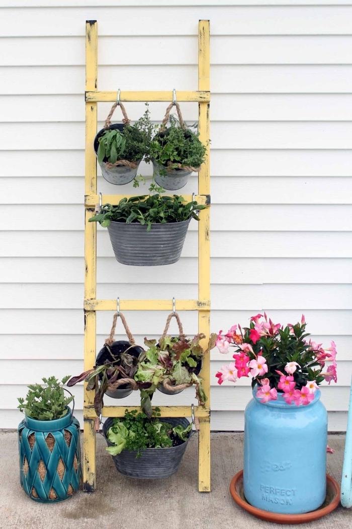 aménager un petit potager suspendu, des pots en zinc avec plantes aromatiques et légumes suspendus à une échelle rustique couleur jaune