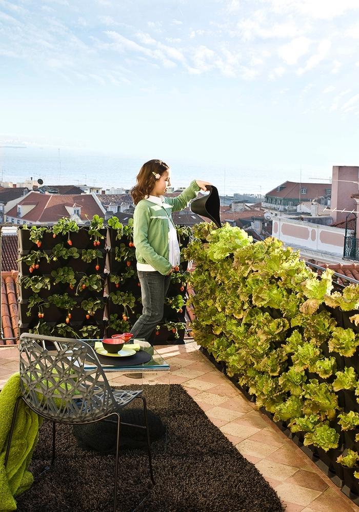 idée pour un potager sur balcon avec des jardinières verticales, qui fait aussi office de brise-vue, faire pousser des fraises et des salades sur son balcon