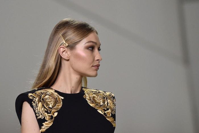 les meilleures coiffures à adopter pour 2019, idée quel accessoire cheveux choisir, une barrette simple sur cheveux lisses