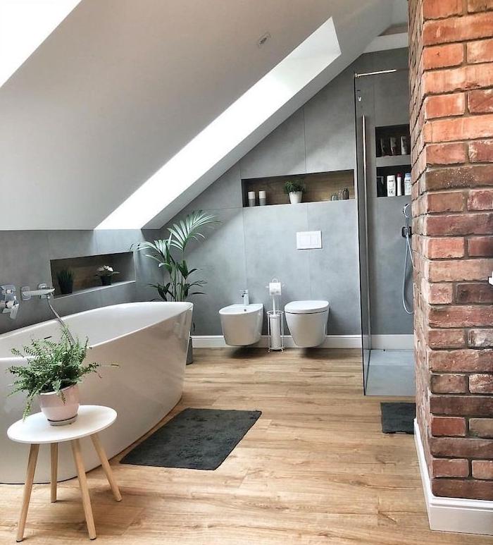 salle de bain soubassement gris peinture à effet, salle de bain douche et baignoire, plantes vertes sur parquet bois clair, murs en pente blancs