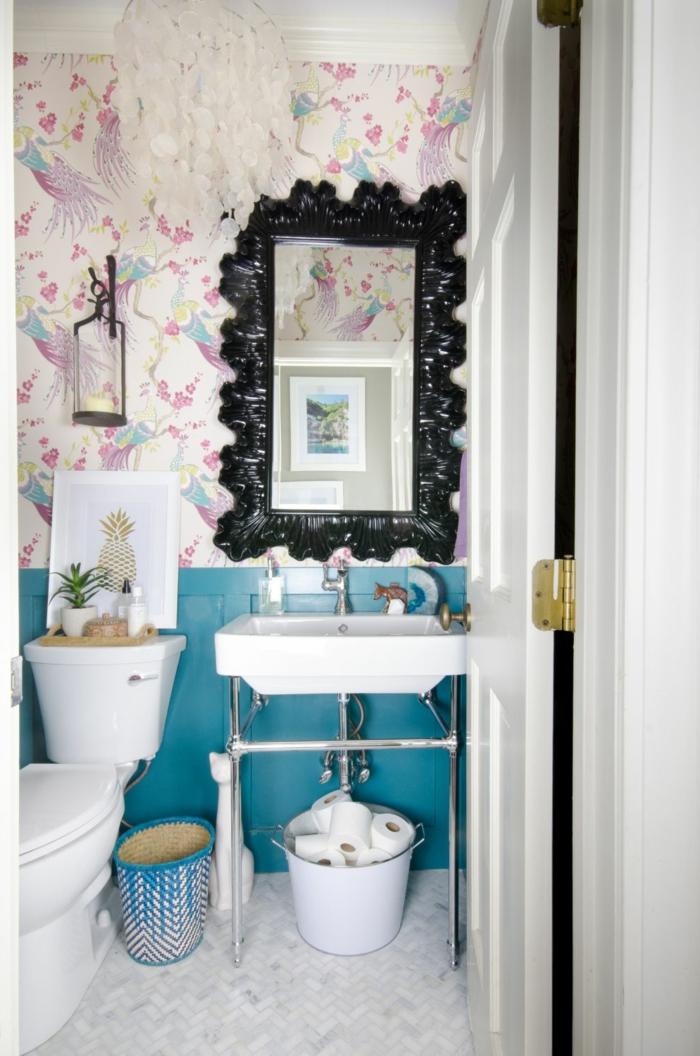 peinture murale bleue, vasque blanche, miroir cadre décoratif, papier peint exotique, peinture murale bleue
