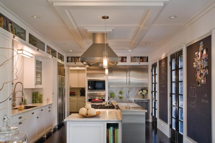 plafond blanc, ilot de cuisine blanc, ardoise murale cuisine, faux plafond, cuisine bistrot moderne