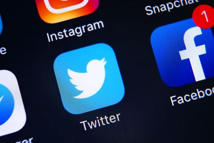 photo écran de smartphone avec app facebook et twitter pour article sur interview de jack dorsey sur nouvelle fonction correction de tweet