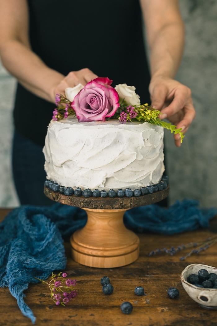 une simple décoration florale à réaliser soi-même sur un gâteau au glaçage de crème beurre sur le theme anniversaire champêtre