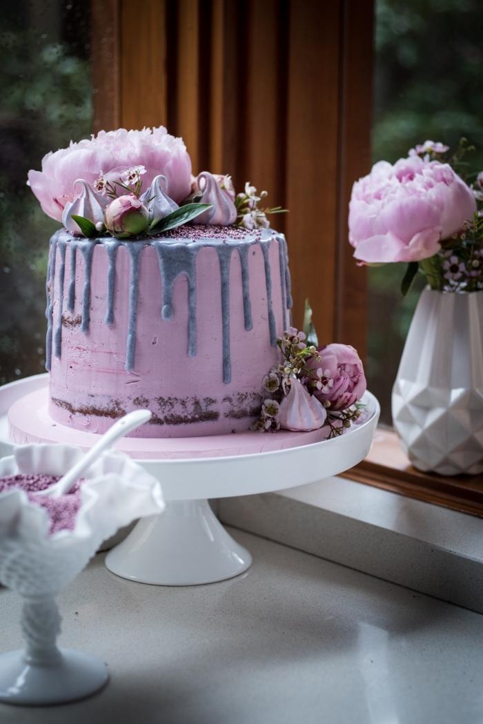 idée magnifique pour décorer un gâteau sur le theme anniversaire champêtre, décoration de gâteau avec fleurs et meringues