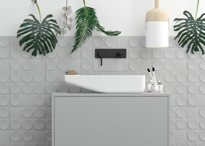ambiance exotique avec plantes vertes d'intérieur, décoration salle de bain aux murs blanc et gris avec finitions mate