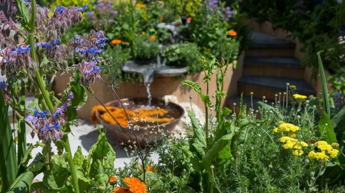 fontaine de jardin original, créer un massif sans entretien, fleurs sauvages dans le jardin