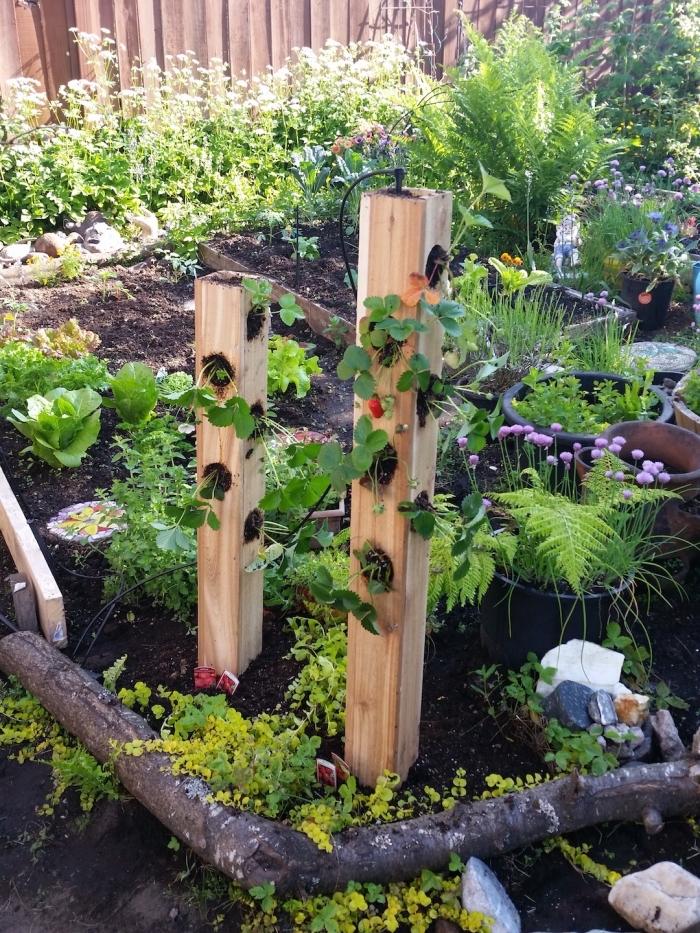 un tour à fraisier en bois dans un petit potager à faire soi même, comment cultiver des fraisiers à la verticale
