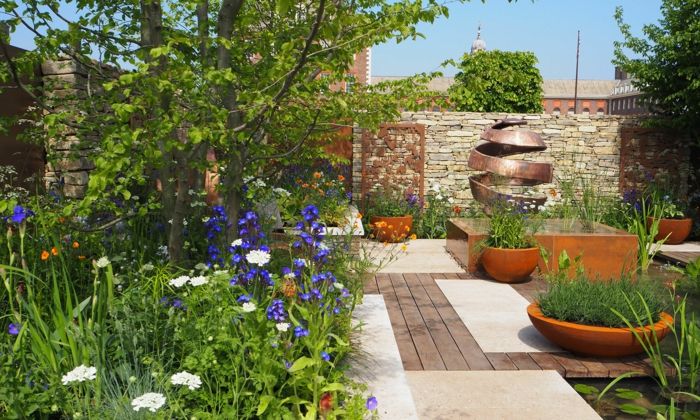 exemples massifs vivaces, jardin original, allée et grande sculpture, créer un massif sans entretien