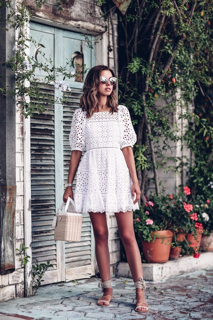 Idée robe dentelle, style boheme chic, les plus belles robes bohèmes blanches, cool idée quelle robe de vacances choisir, lunettes de soleil modernes