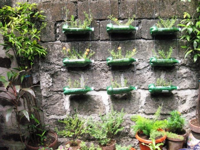 créer un potager suspendu mural avec jardinières en bouteilles en plastique recyclées, système de culture hors sol