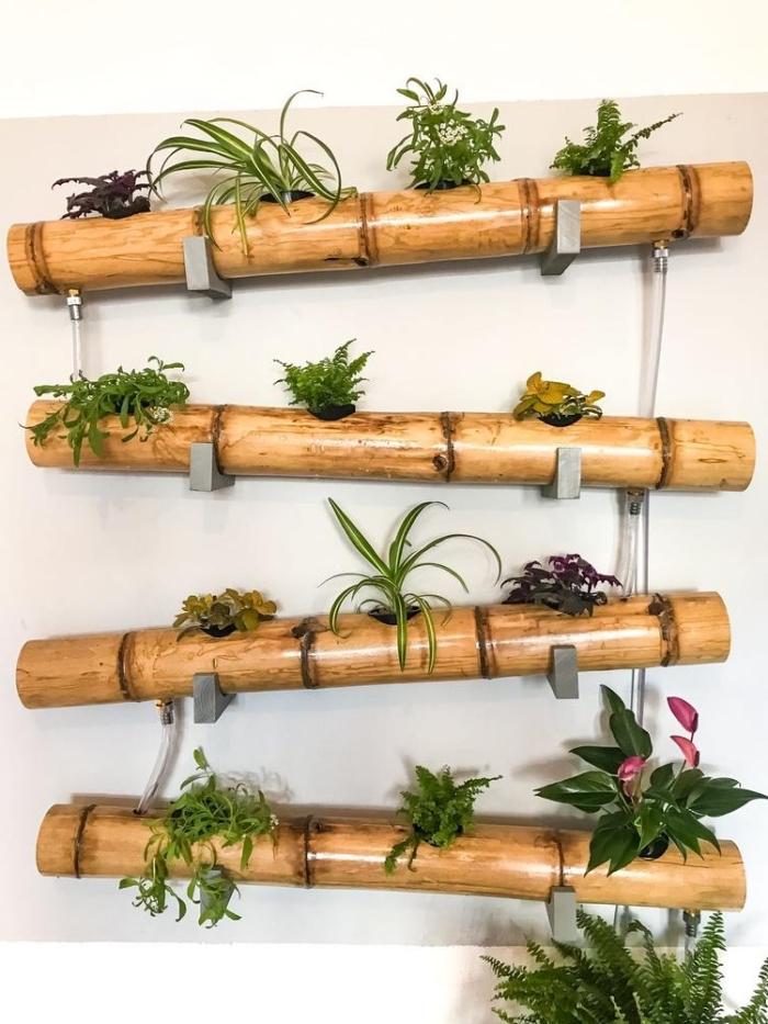 jardin vertical de jardinières en bambou fixées au mur à l'aide des équerres